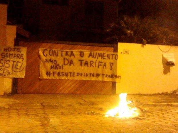 Manifestantes protestam em frente à casa do prefeito de São José (Foto: Divulgação/MPL)
