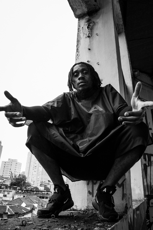 O rapper Rincon Sapienza usa a versão escura do poncho (Foto: Divulgação)