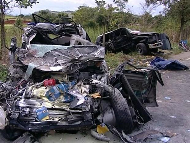 Acidente deixou carros destruídos (Foto: Reprodução/ TV Gazeta)