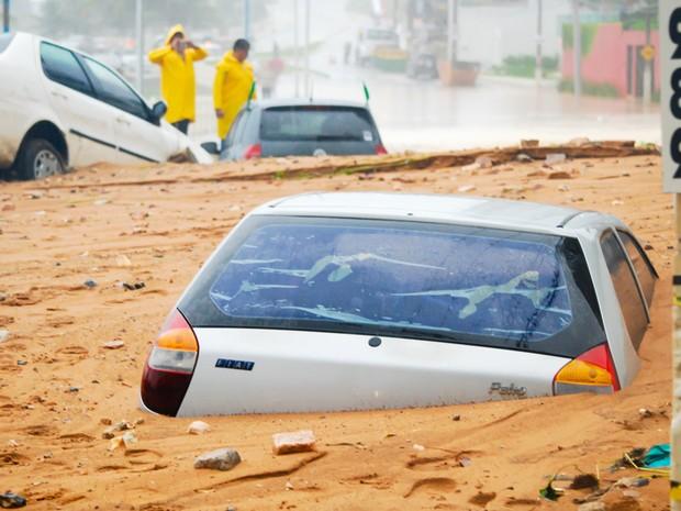 Deslizamento aconteceu na avenida Dinarte Mariz, no trecho da Praia de Miami, na orla de Natal (Foto: Léo Carioca/Futura Press/Estadão Conteúdo)