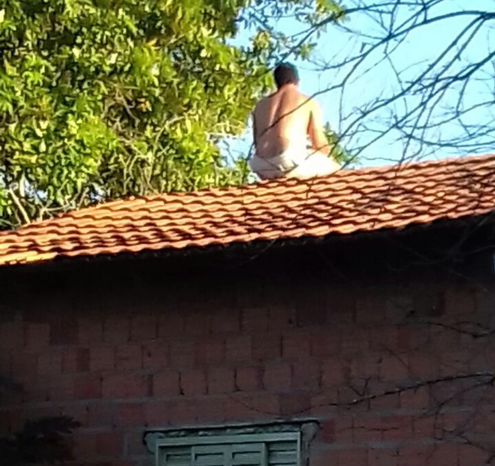 Homem sobe ao telhado para não ser preso (Foto: Divulgação)