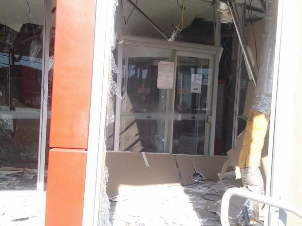 Os caixas automáticos da agência foram destruídoc om a explosão (Foto: Jornal de Itupeva)