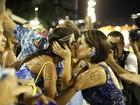 Glória Pires e Orlando Morais dão selinho na filha Antonia em desfile