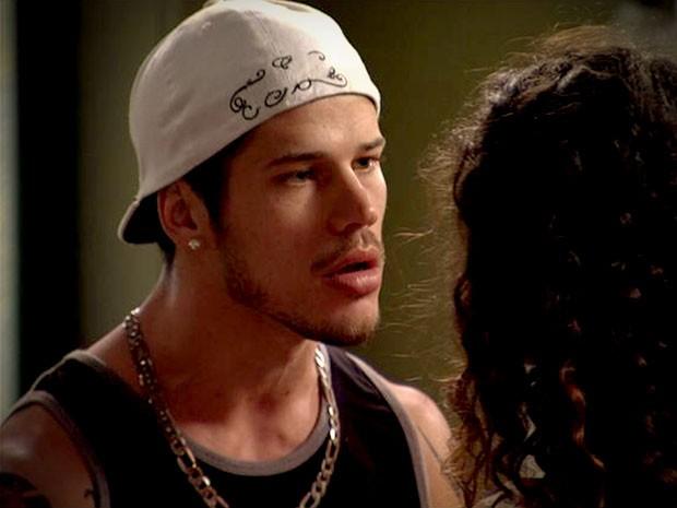Darkson impressiona Tessália ao dizer que quer casar com ela (Foto: Avenida Brasil/TV Globo)