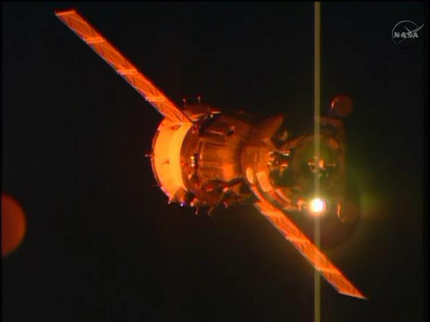 Nave Soyuz acoplou à 0h48 desta segunda-feira (24) na Estação Espacial Internacional  (Foto: Twitter/Nasa)