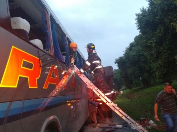 Bombeiros atenderam a ocorrência em Iacri (Foto: João Trentini/Rádio Tupã/Divulgação)