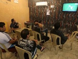 Iraquianos assistem a jogo da Copa do Mundo no 'Facebook Café', em Bagdá (Foto: AFP PHOTO/Ahmad Al-Rubaye)