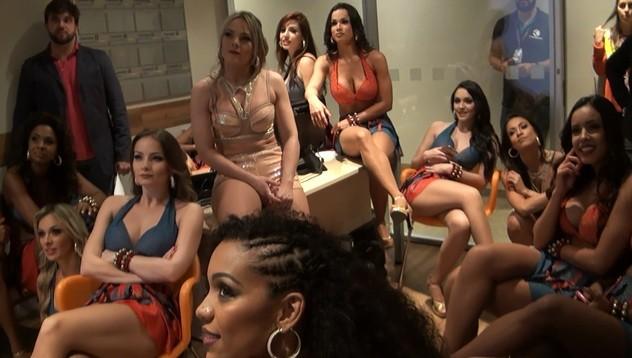 As lindas do balé também pararam para ver a performance das candidatas (Foto: Divulgação)