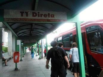 Passageiros aguardavam por cerca de uma hora nos pontos de ônibus pela manhã (Foto: Ivani Schutz/RBS TV)