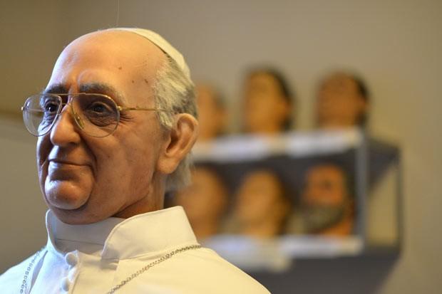 Boneco de cera do Papa Francisco é preparado nesta quinta-feira (5) em Roma (Foto: Gabriel Bouys/Reuters)
