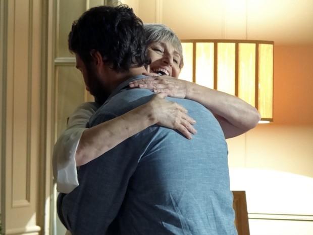 Rodrigo e Verbena se abraçam emocionados ao se encontrar (Foto: Amor Eterno Amor/ TV Globo)