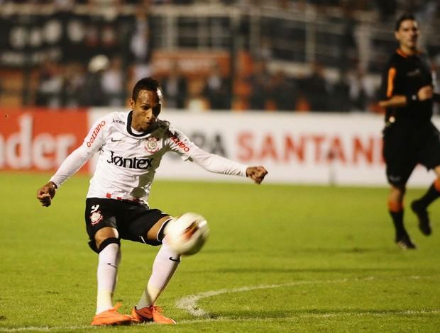 Liedson do Corinthians tenta gol de cobertura no Emelec (Foto: Marcos Ribolli / globoesporte.com)