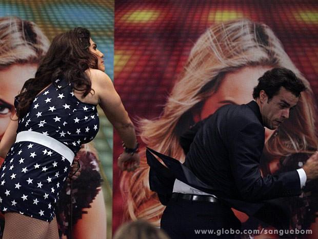 Lucindo apanha da Mulher Pau de Jacú (Foto: Sangue Bom / TV Globo)