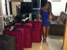 De vestidinho, Mayra Cardi aparece em foto com malas e diz: 'Eu voltei!'