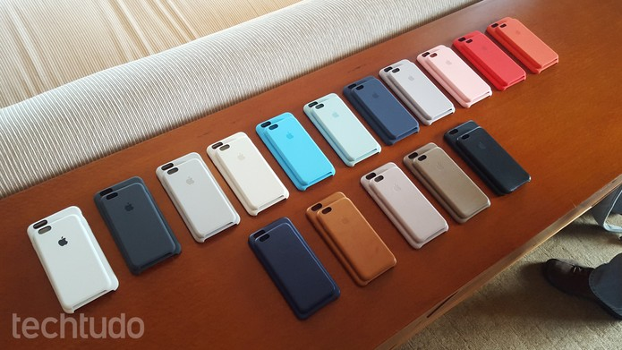 Novo iPhone tem capinhas de plástico e de couro (Foto: Thássius Veloso/TechTudo)