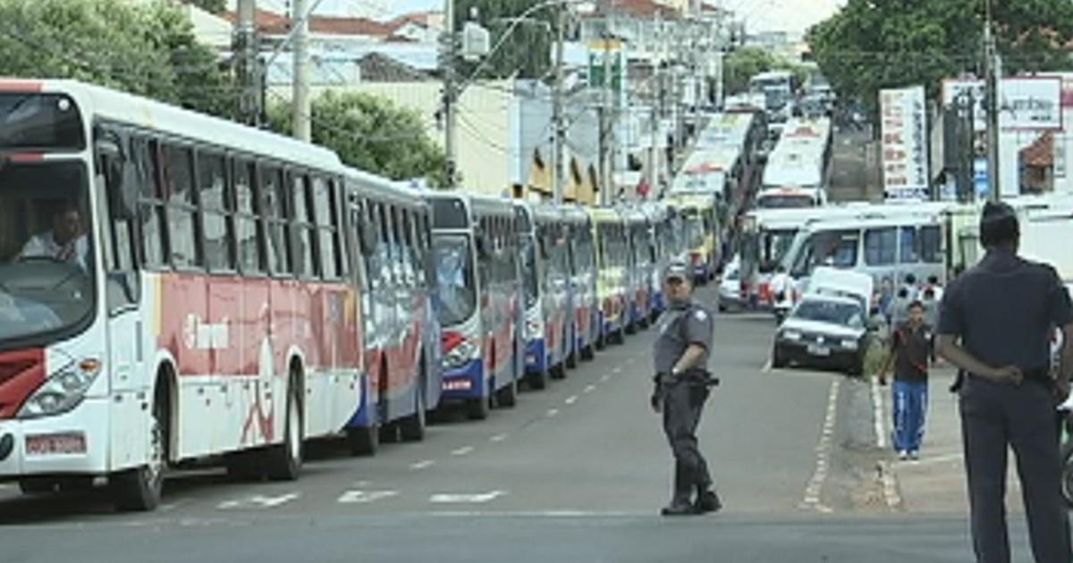 Sindicato fecha terminal rodoviário em Rio Preto e causa tumulto - Globo.com