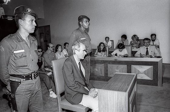 UM RÉU DIFERENTE Iberê presta depoimento à Justiça em 1980. Bom trânsito com os militares durante a ditadura lhe garantiu tratamento VIP (Foto: Jorge Marinho / Agência O Globo)