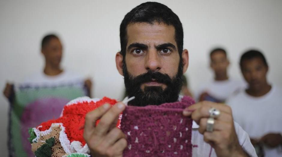 Gustavo Silvestre ensina crochê a presos: 'ferramenta de transformação' (Foto: Estadão Conteúdo)