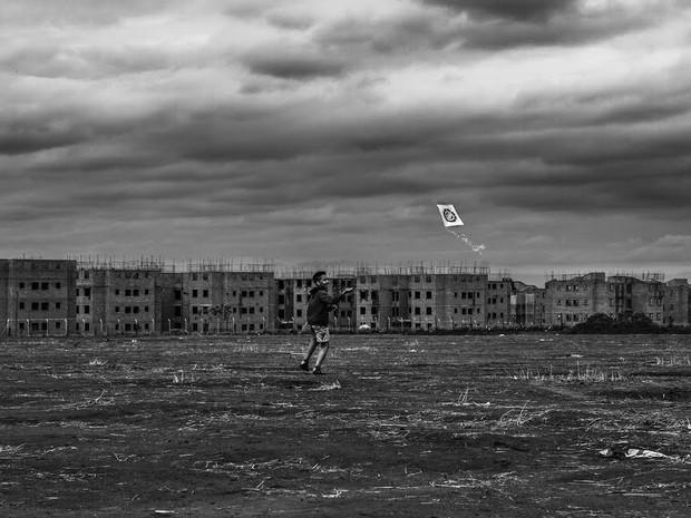 Fotografia vencedora foi de garoto soltando pipa em terreno (Foto: Leomar Costa)