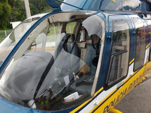Para-brisa do helicóptero quebrou após choque com urubu; pouso forçado foi em Santa Isabel (Foto: Polícia Rodoviária Federal/Divulgação)