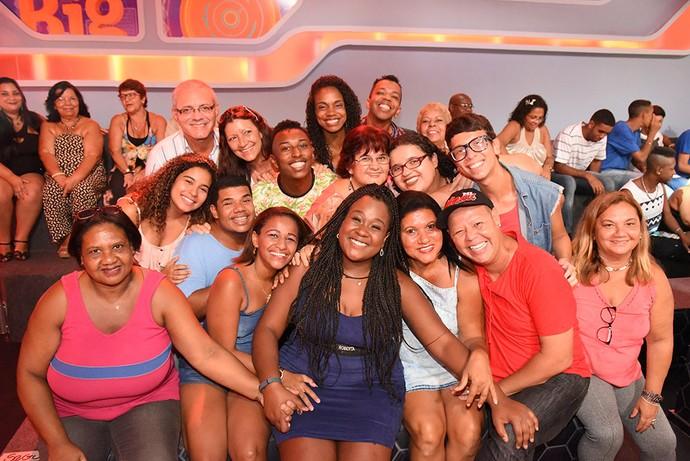 Roberta posa com a plateia em dia de Eliminação no BBB17 (Foto: Leonardo Simplicio/Gshow)