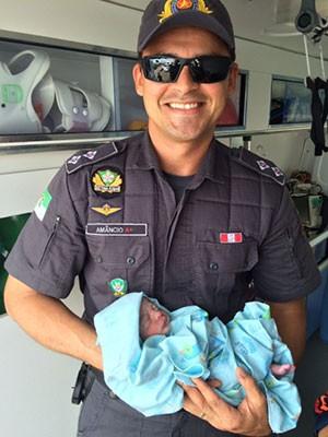 Tenente Amâncio Souza com o menino Miguel nos braços (Foto: Divulgação/Sesed)