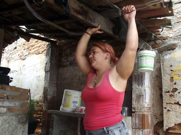 Em Carnaúba dos Dantas, RN, Robéria Danielle Dantas há dois anos só toma banho de cuia  (Foto: Anderson Barbosa/G1)