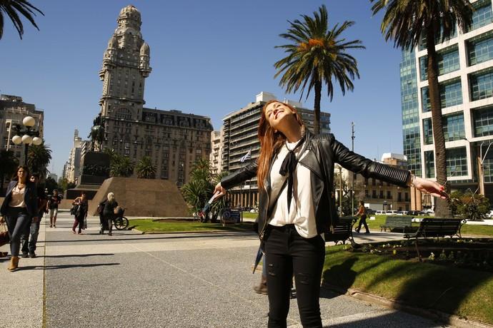 Sempre linda, Marina posa em um dos cenários da trama (Foto: Chico Couto/Gshow)