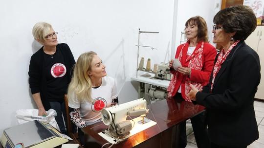 Angélica ajuda pacientes a colocarem prótese de mama no 'Estrelas Solidárias'