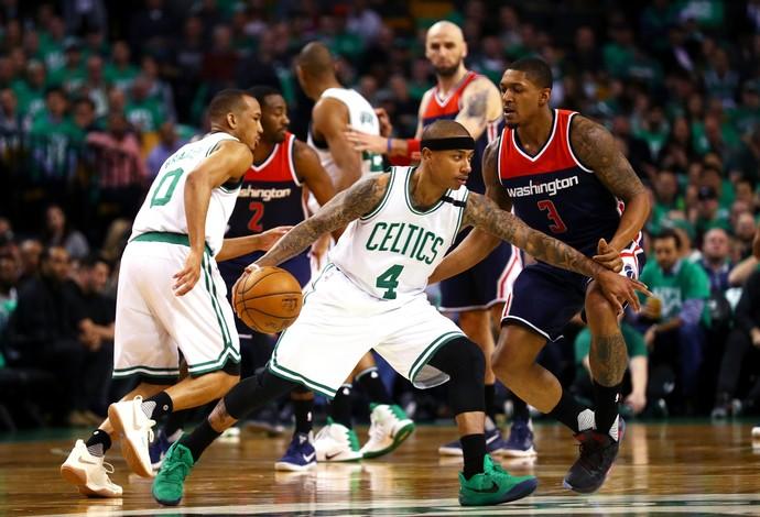 Isaiah Thomas tenta sair da marcação durante o duelo entre Boston Celtics e Wizards (Foto: Getty Images)
