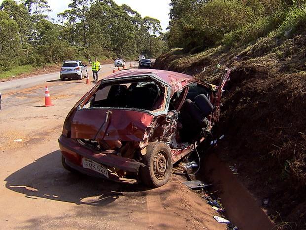 Palio rodou na pista e atingiu outros três carros, na BR-040, em Nova Lima (Foto: Reprodução/TV Globo)