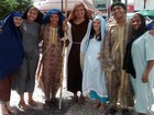 Vestido de personagens bíblicos, grupo deseja feliz Natal em Fortaleza