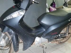 Motocicleta recuperada pela polícia na tarde deste sábado em Porto Velho (Foto: Toni Francis/G1)