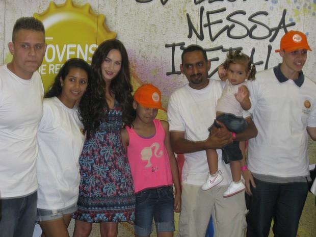 Megan Fox tirou foto com moradores da comunidade de Heliópolis em visita na tarde deste sábado (9) (Foto: Tahiane Stochero/G1)