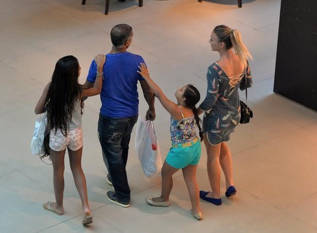 Romário com as filhas e a namorada, Dixie Pratt, em shopping do Rio (Foto: William Oda / AgNews)