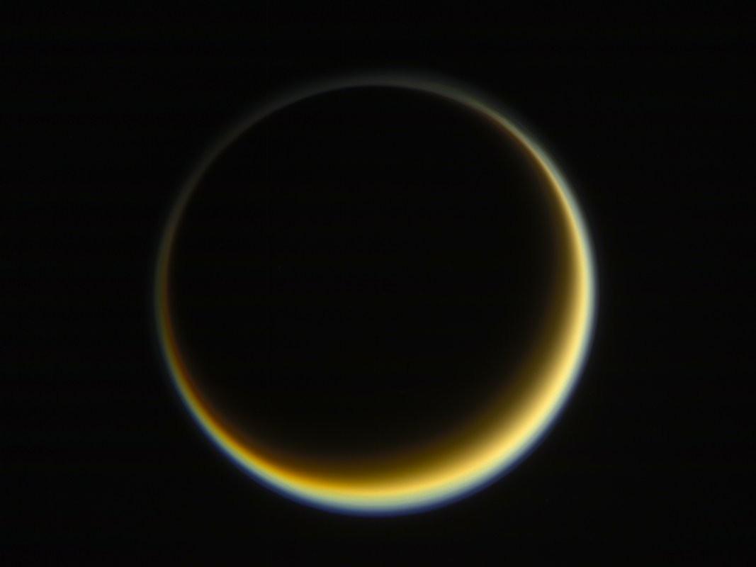 Vista noturna da lua Titã, de Saturno, destacando a nebulosidade do satélite natural (Foto: NASA/JPL-Caltech/Space Science Institute)