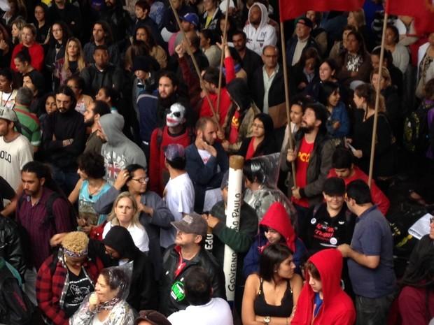 Rapaz com rosto pintado participa de manifestação de professores grevistas no Masp (Foto: Glauco Araújo/G1)