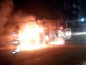 Ônibus foi incendiado na Avenida Hermes da Fonseca, em Petrópolis (Foto: Kléber Teixeira/Inter TV Cabugi)
