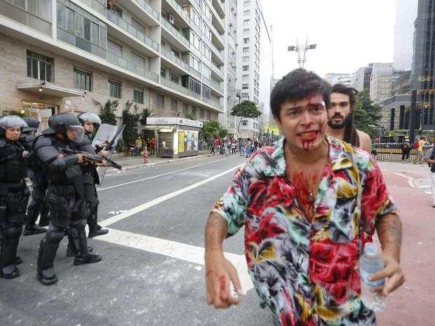 Manifestante ferido durante ato contra o aumento da tarifa do transporte em SP (Foto: Anderson Gores/FramePhoto/Estadão Conteúdo)