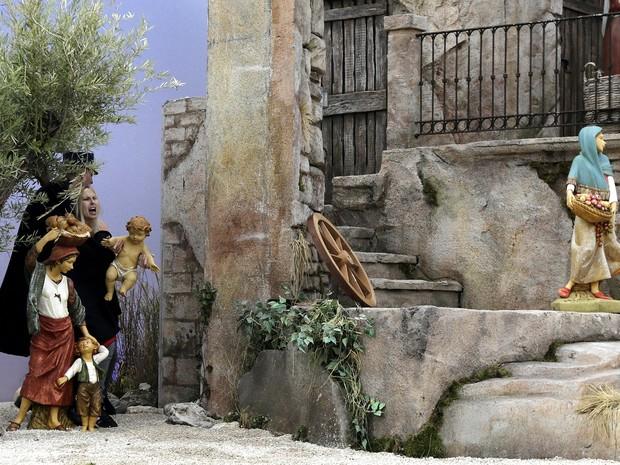 Mulher fez manifestação em presépio no Vaticano (Foto: VINCENZO LIVIERI / AFP)