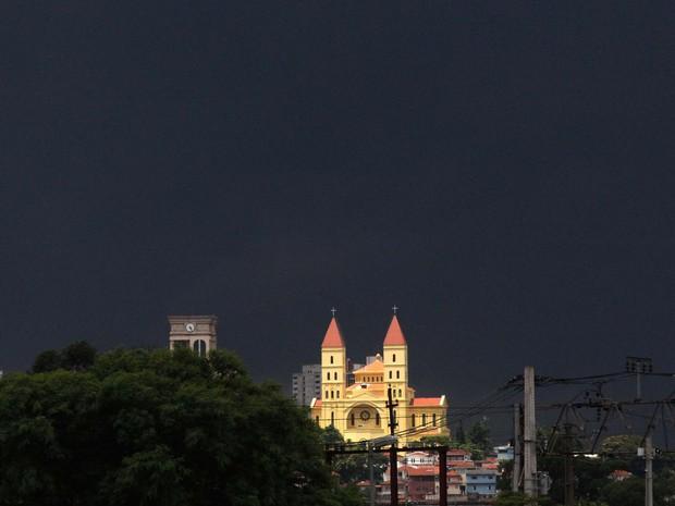 Nuvens carregadas na região do bairro Tatuapé, em São Paulo (SP), nesta sexta-feira (17).  (Foto: Evaldo Fortunato/Futura Press)