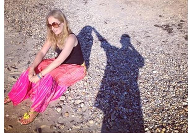 """Luciano Huck brinca com a sombra em """"sessão"""" fotográfica com Angélica (Foto: Reprodução/ Instagram)"""