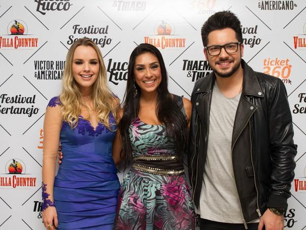 Ex-BBB Amanda com Thaeme e Thiago em show em São Paulo (Foto: Marcelo Brammer/ Divulgação)