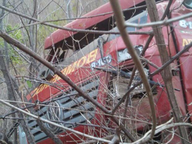 O caminhão descia a serra, que tem várias curvas fechadas quando capotou.  (Foto: Reprodução/TV Verdes Mares)