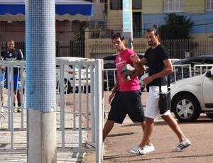 Marco Antonio e BArcos chegam ao Olímpico para treino antes de Gre-Nal (Foto: Hector Werlang/Globoesporte.com)