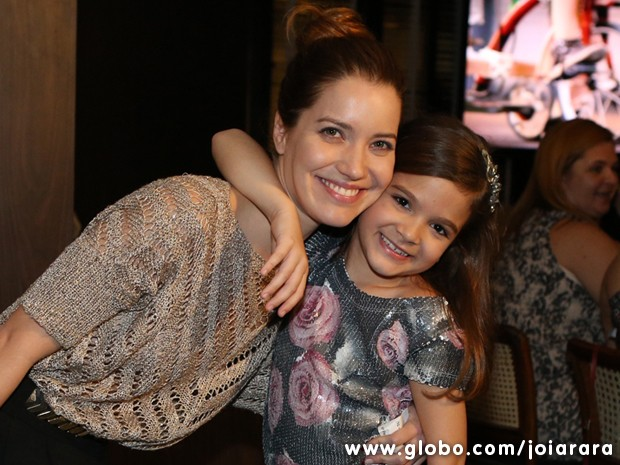 Nathalia Dill paparica a pequena Mel Maia (Foto: Joia Rara/TV Globo)
