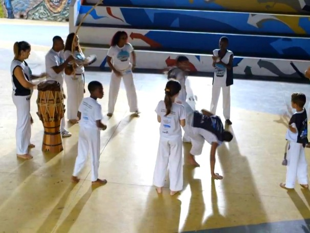Jovens praticam capoeira na Cufa, projeto ativado pelo Criança Esperança.  (Foto: Globo)