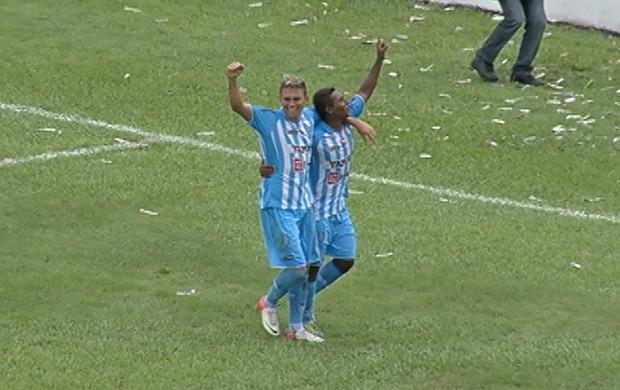Rafael Oliveira comemora gol sobre o Águia, na goleada bicolor por 6 a 2 (Foto: Reprodução/TV Liberal)