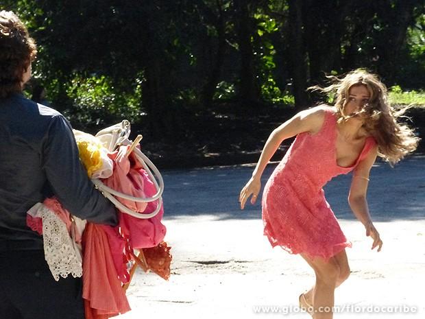 Playboy oga ex-mulher no meio da rua (Foto: Flor do Caribe / TV Globo)