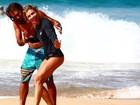 Grazi Massafera tem aulas de surfe em Fernando de Noronha